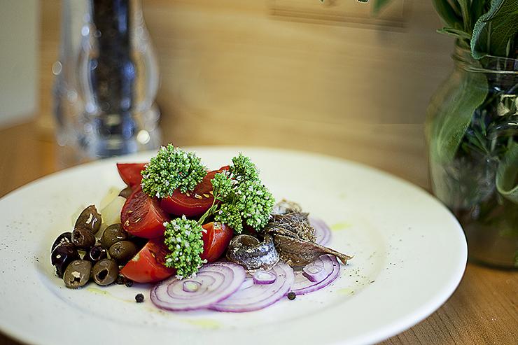 insalata mediterranea pomodori acciughe cipolle origano