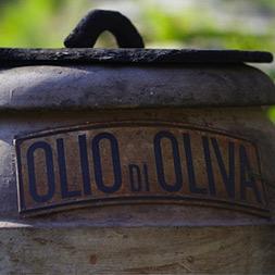 Vecchio contenitore per olio
